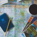 De vakantieganger bladert nog altijd graag door een brochure